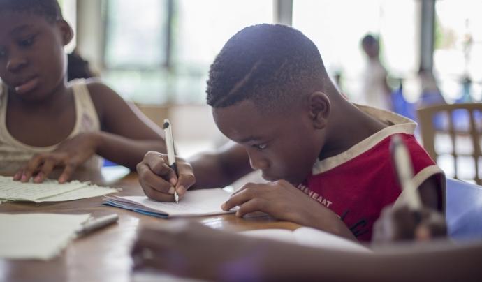 Hi ha una manca de recursos perquè aquests joves triïn un itinerari educatiu i continuïn estudiant per assegurar-se un futur laboral. Font: Unsplash. Font: Font: Unsplash.