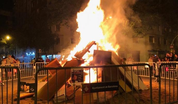 Imatge de la foguera que es fa al barri de La Verneda, a Sant Martí. Font: #CrememBarcelona