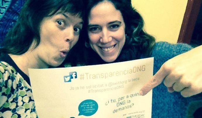 Laia Bernués, a l'esquerra de la imatge, demanant la Beca TransparènciaONG.