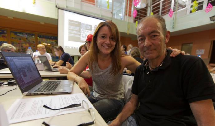 Laia Bonet cedint el seu compte de Twitter durant la campanya #votinvisible.