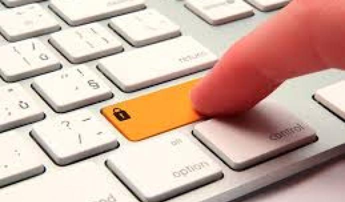 Teclat d'ordinador i un dit teclejant. Font: web energidatos.com