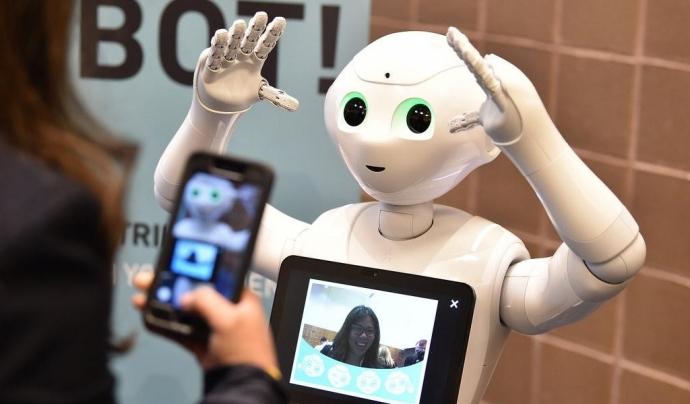 Una jove fotografia un robot