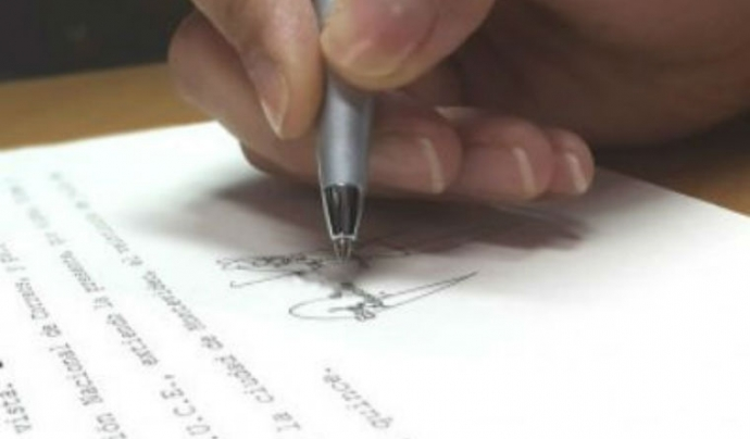 Mà signant documents. Font: www.siicex.gub.uy