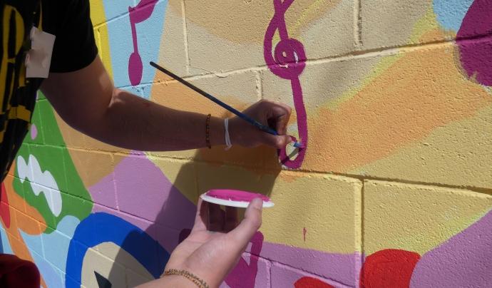 Pintar els murs del centre ajuda a crear vincles amb els companys i les companyes. Font: Fundació Setba