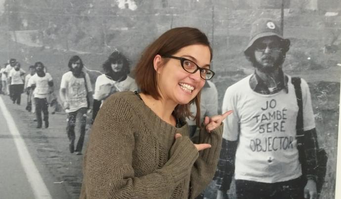 Barbeito amb una foto històrica d'una marxa per l'objecció de consciència que està exposada a la seu de l'ICIP (Institut Català Internacional per la Pau). Font: ICIP