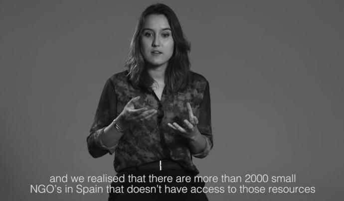 Dácil Borges explicant la tasca que realitza Click That Matters en un vídeo