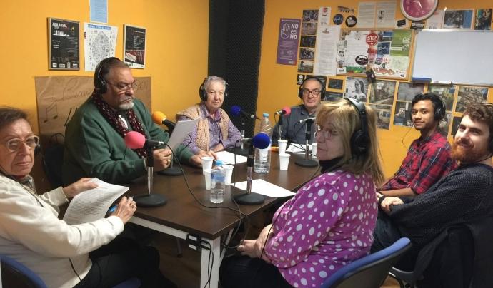 Participants de la Mediateca fent un programa de ràdio Font: Colectic