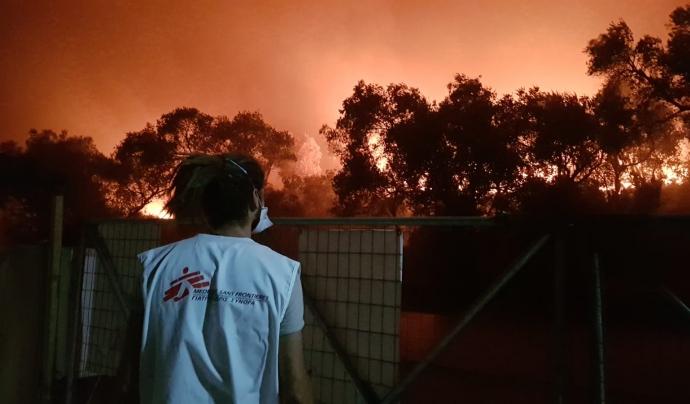 Una dona de Metges Sense Fronteres que treballa sobre el terreny durant l'incendi al camp de refugiats de Mória. Font: Metges Sense Fronteres