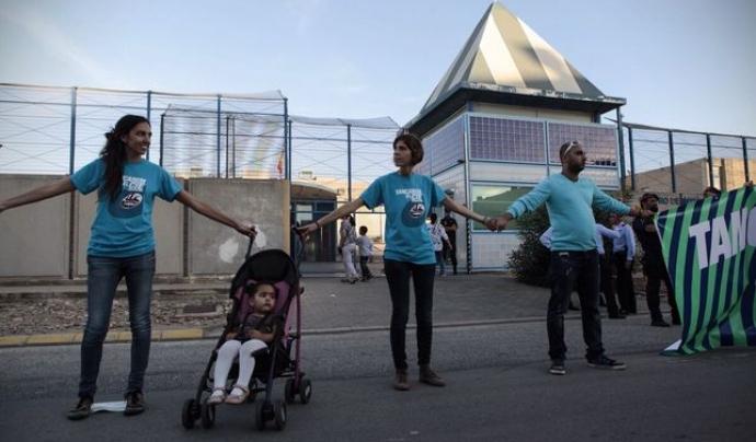 Imatge d'arxiu d'un dels actes de protesta de Migra Studium davant el CIE de la Zona Franca. Font: Catalunya Plural.