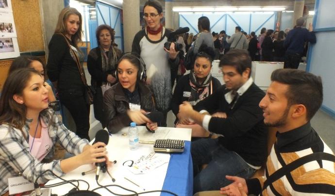 """Joves del projecte radiofònic """"Veus gitanes. Rromane Glasura"""" Font: Veus gitanes. Rromane Glasura"""