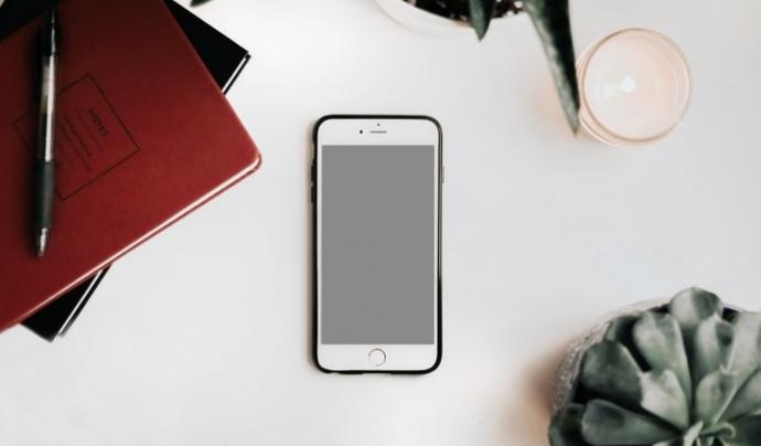 L'idCat Mòbil és un servei d'autenticació de persones usuàries i signatura electrònica orientat a la ciutadania i basada en l'enviament de contrasenyes d'un sol ús a un telèfon mòbil. Font: Unsplash. Font: Unsplash