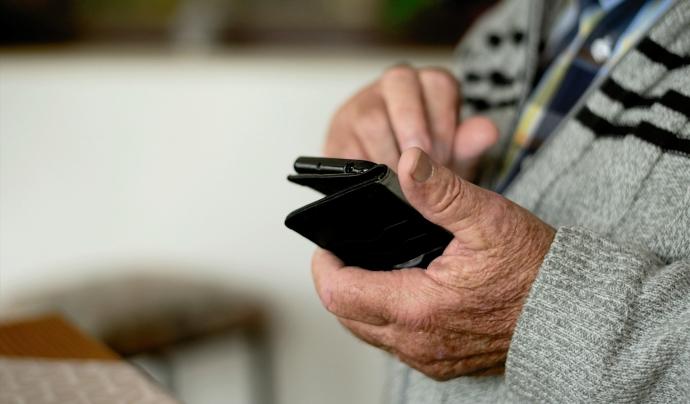 Les persones grans utilitzen el mòbil per socialitzar-se, entretenir-se i informar-se. Font: Pixabay