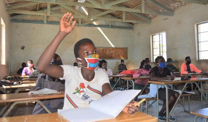 Unes noies fan classe en una escola de Zàmbia. Font: Malama Mwila/Save the Children