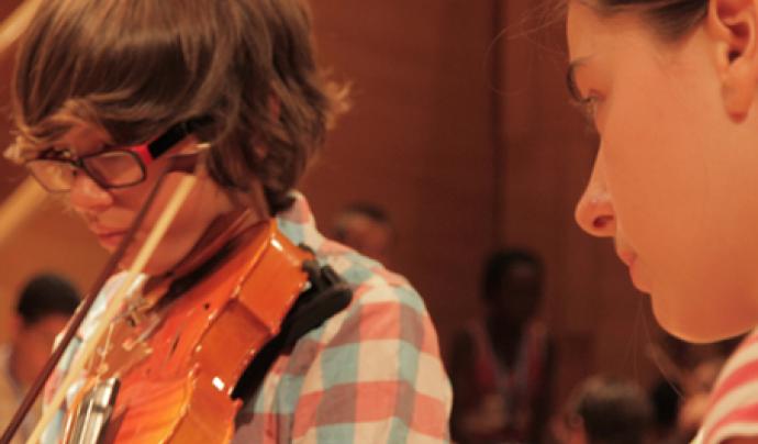 Un nen del centre tocant el violí