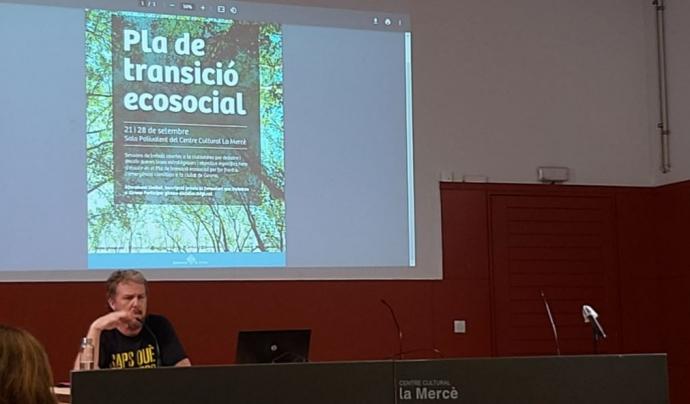 L'Alfons Pérez, de l'Observatori del Deute en la Globalització, va dur a terme una ponència durant la primera sessió. Font: Twitter: @somnatus