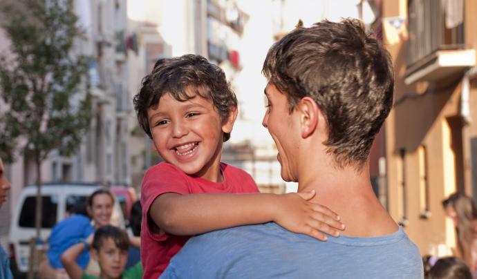 Voluntari i nen en una activitat de Can Pedró Font: Fundació Can Pedró