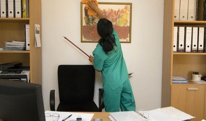 El 43% de les dones que treballen en el servei domèstic són dones migrades.  Font: Accem