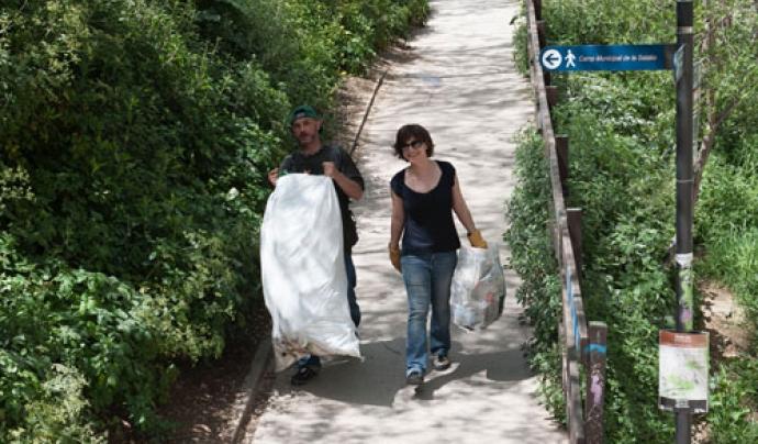 Carregant les bosses amb deixalles Font: AMPA de Montjuïc