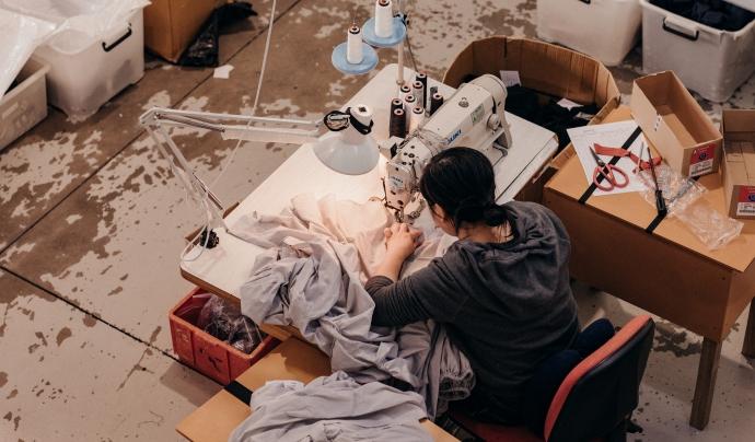 Arran la crisi de la Covid-19 moltes treballadores tèxtils han quedat sense feina i sense accés a xarxes de seguretat socials o financeres. Font: Fashion Revolution
