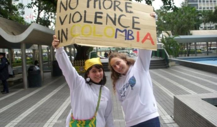 Dues dones reclamen no més violència a Colòmbia. Font: Wikimedia Commons