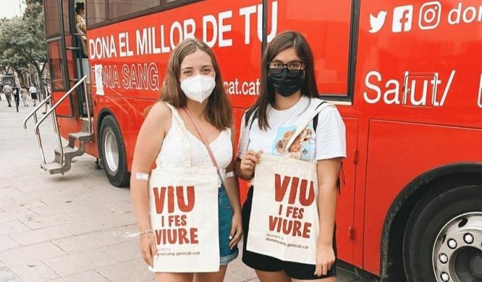 Les i els donants reben aquest estiu una bossa amb el lema 'Viu i fes viure' i un quadern d'activitats relacionades amb la donació. Font: Banc de Sang i Teixits