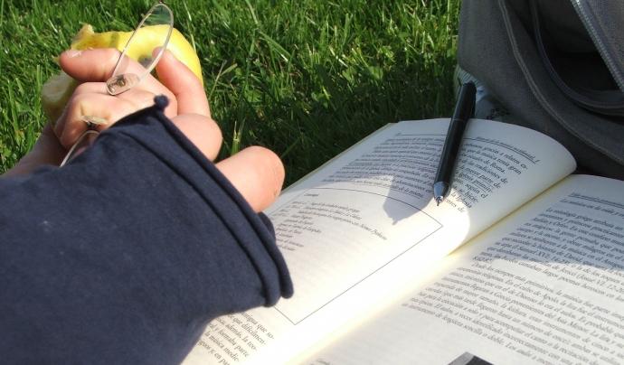 Estudiant en un jardí