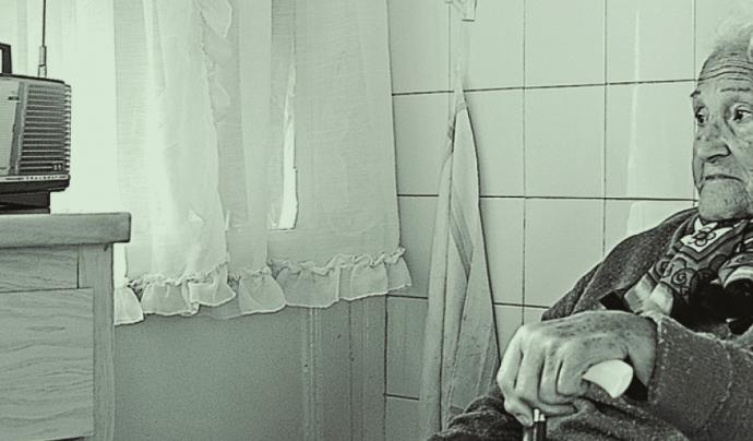 Una senyora gran escolta la ràdio per combatre la seva soledat Font: Amics de la Gent Gran