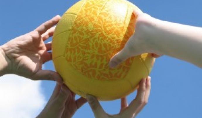 Mans que agafen una pilota. Font: Ajuntament de Sant Cugat