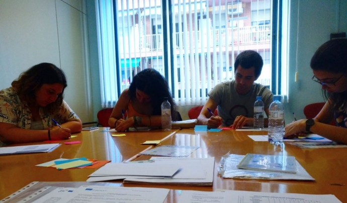 Joves voluntaris treballant en projectes internacionals sobre la taula