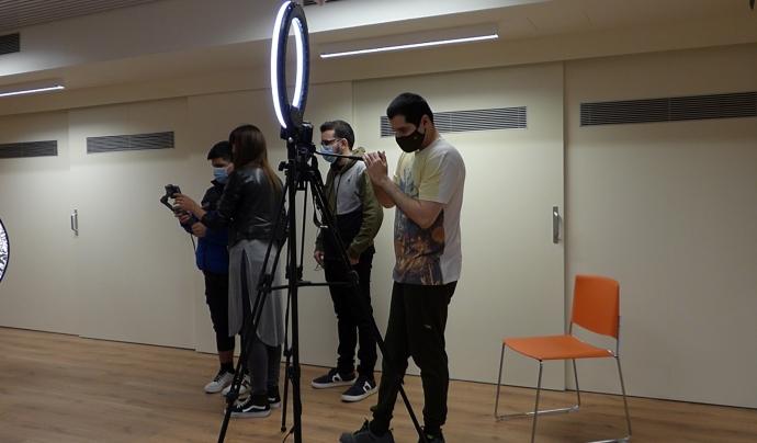 El jovent de la Fundació Els Tres Turons gravant el reportatge. Font: Paula Gil