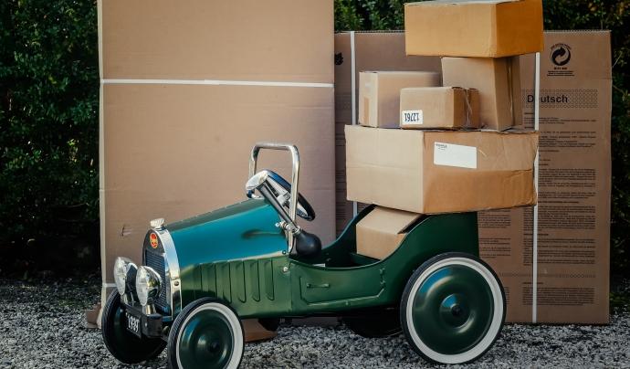Paquets sobre un vehicle a punt per enviar-se. Font: Siala (Pixabay)
