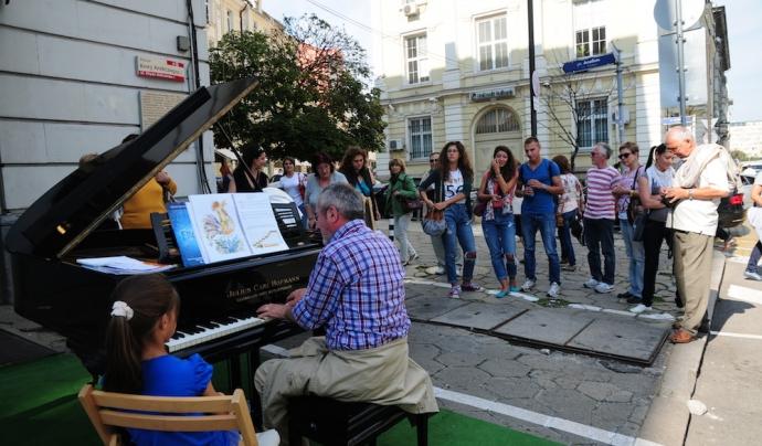 Música accesible al parc creat a partir d'una plaça de parking, a Sofia, a Bulgària (imatge: parkingday)