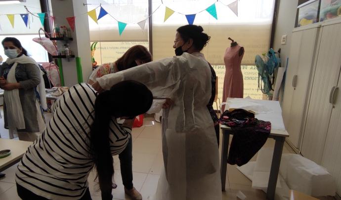 Durant les hores del taller comparteixen les seves il·lusions i qüestions del dia a dia. Font: Sandra Pulido