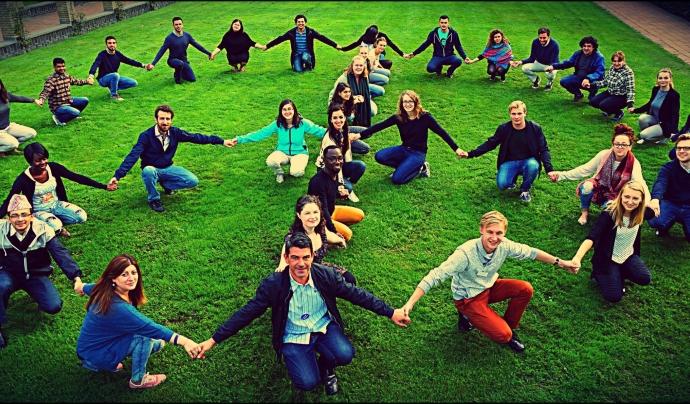Grup de joves fent el símbol de la pau Font: United Network of Young Peacebuilders (Facebook)