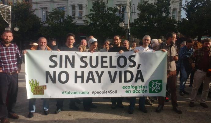 Membres de Ecologistas en Acción donant suport a la campanya People4Soil (imatge: ecologistas en acción)