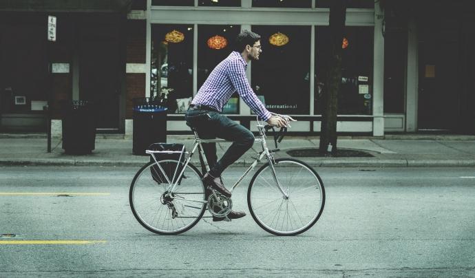 La bicicleta és un mitjà de transport saludable i sostenible amb el medi ambient. Font: Pixabay