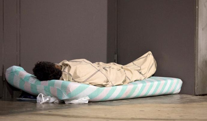 Una persona dormint al carrer Font: Arrels Fundació