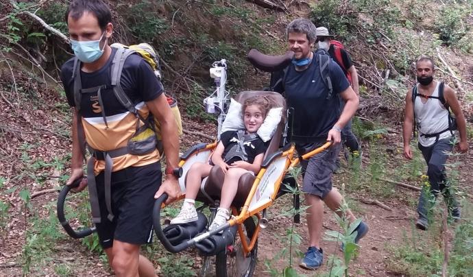 La Júlia té distròfia muscular congènita per dèficit de merosina i va poder gaudir d'una excursió per la Garrotxa. Font: Associació Rodamunt