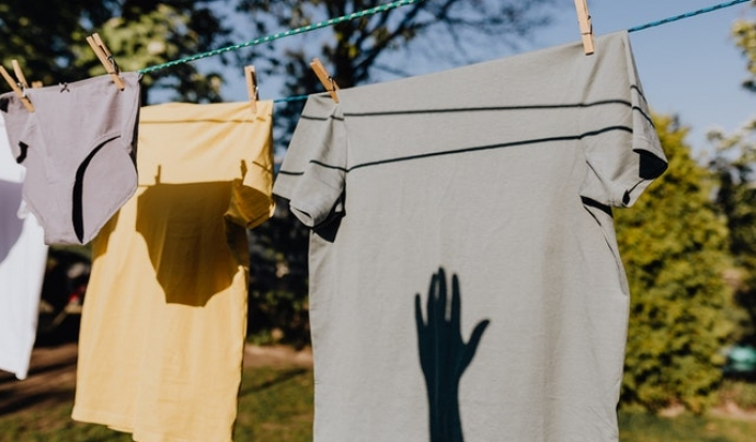 Limitar l'ús dels electrodomèstics és fonamental, per exemple, tendint la roba a l'aire lliure en comptes d'endollar l'assecadora Font: Pexels