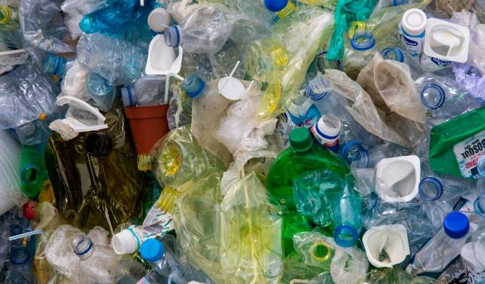 Cada any arriben tones de plàstics als oceans. Font: CC