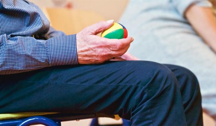 Alguns tractaments rehabilitadors, a més d'un estil de vida actiu, intel·lectualment i físicament, permet alentir l'aparició de determinats símptomes. Font: CC