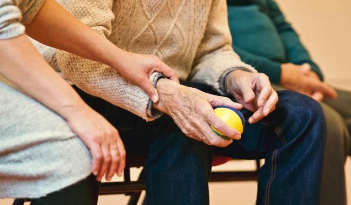 Els treballs de la llar i les cures, activitats catalogades com a essencials, son assumides, majoritàriament, per dones. Font: Pexels