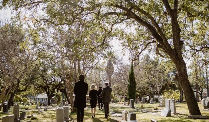 Un grup de persones en un cementiri. Font: RODNAE Productions (Pexels)