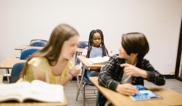 Tres alumnes en una classe. Foto de RODNAE Productions de Pexels Font:  RODNAE Productions (Pexels)