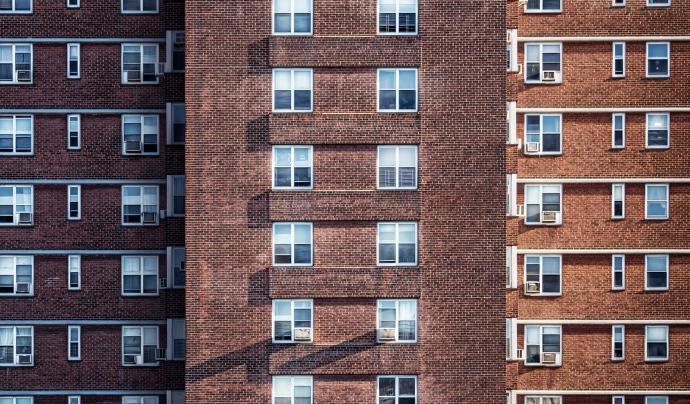 Cal prioritzar la població en situació de vulnerabilitat en els plans de rehabilitació d'edificis.  Font: CC