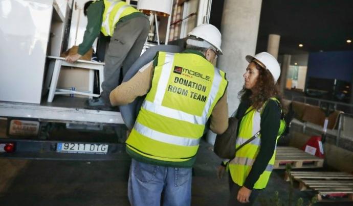 Recollint el material sobrant del MWC, en el marc del programa 'Donation Room' Font: Ajuntament de Barcelona