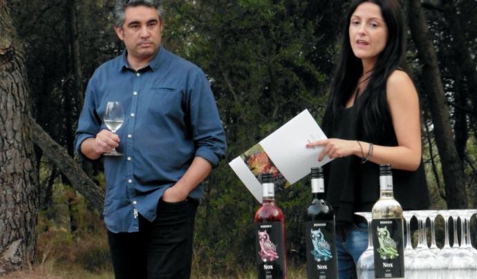 Toni Carulla de World Nature, i Mireia Tetas, de Bodegas Pinord, durant la presentació del vi (imatge: wnature.org)