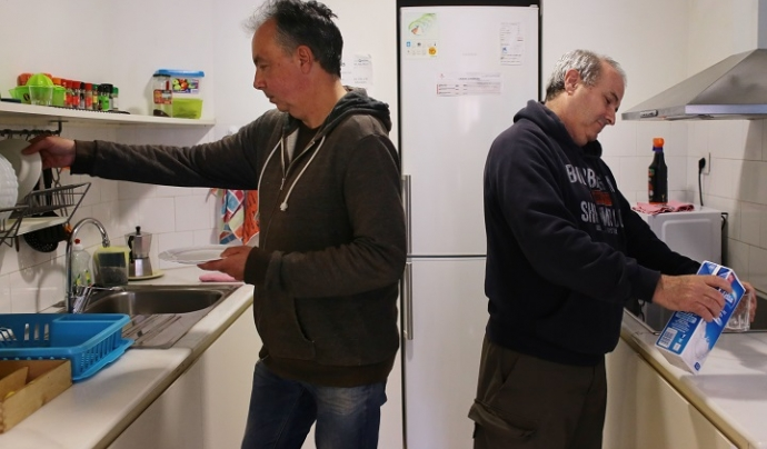 Dues persones ateses per Càritas en un pis de la Fundació Foment de l'Habitatge Social