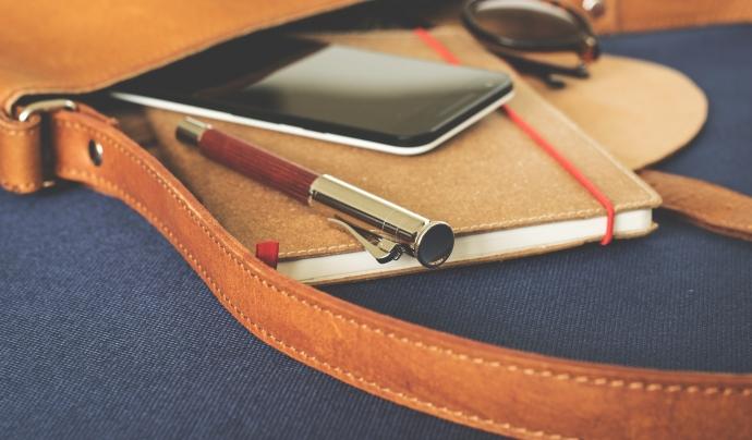 Agenda, bolígraf i mòbil, dins d'un bolso. Font:  LUM3N (Pixabay)