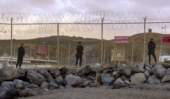 Policia Nacional custodiant el pas fronterer del Tarajal, Ceuta. FOTOMOVIMIENTO Font: Fotomovimiento